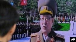 지난달 3일 한국 서울역에 설치된 TV에서 북한 김정은 국무위원장의 최측근인 김원홍 국가안전보위상 해임 소식을 전하는 뉴스가 나오고 있다.