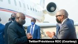 Président ya Burundi Evariste Nadshimiye (G) apesi losako na Ministre wa Yamboya RDC Jean-Michel Sama Lukonde na libanda lya mpepo ya N'Djili, Kinshasa, 12 juillet 2021. (Twitter/Présidence RDC)