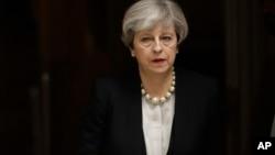 英国首相特雷莎·梅离开伦敦的唐宁街10号,前往曼彻斯特(2017年5月23日)