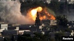 Khói lửa bốc lên sau một vụ oanh kích của Hoa Kỳ trong thành phố Kobani của Syria, 10/10/14