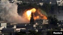 10일 시리아 북부 코바니에서 ISIL을 겨냥한 연합군의 공습으로 인해 검은 연기가 솟아오르고 있다.