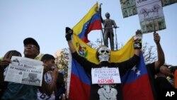 Venezolanos salen a las calles y claman ayuda humanitaria.