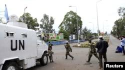 Des soldats de la nouvelle Armée révolutionnaire congolaise (M23) passent devant un véhicule de l'ONU à Goma (20 nov. 2012)