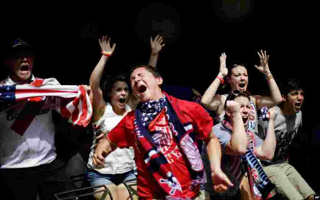 Người hâm mộ Mỹ phát cuồng vào lúc cầu thủ đội Mỹ ghi được một bàn thắng vào lưới đội Bỉ trong khi xem World Cup 2014 tại Atlanta, bang Georgia, Mỹ, ngày 1 tháng 7, 2014.