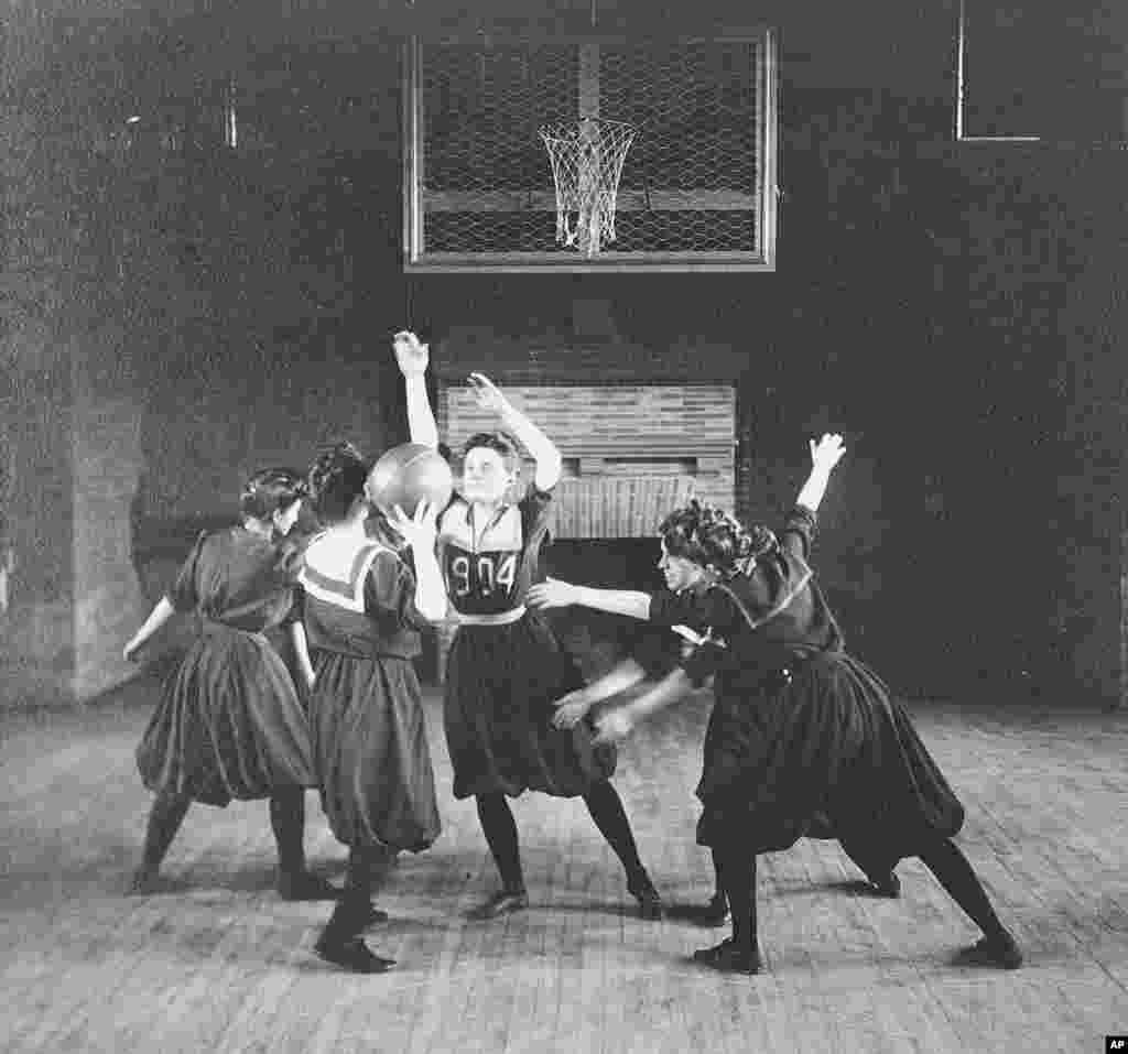 امروز در تاریخ: سال ۱۹۴۷ – تیم بسکتبال زنان در دانشگاه اسمیت در ایالت ماساچوست در آمریکا. این دانشگاه که در سال ۱۸۷۵ تاسیس شد، همچنان دانشگاهی است که فقط زنان میتوانند حضور داشته باشند.