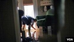 Sherry Rose mide el nivel de agua dentro de su casa, en Holly Grove, en el estado de Arkansas.