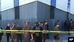 Công nhân UPS tập trung bên ngoài sau vụ nổ súng tại một nhà kho kiêm trung tâm dịch vụ khách hàng của công ty ở San Francisco, California, 14/6/17