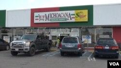 Toko makanan asal Meksiko bisa ditemui di sepanjang Jalan Morse di Columbus utara, Ohio (Soh/VOA).