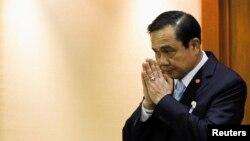 Pemimpin angkatan darat Thailand Jenderal Prayuth Chan-ocha memberi hormat sebelum dimulainya sidang Majelis Legislatif Nasional di Bangkok (18/8).