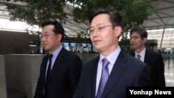 지난 4월 한국의 6자회담 수석대표인 황준국 한반도평화교섭본부장(가운데)이 중국을 방문하기 위해 인천공항을 통해 출국하고 있다. (자료사진)