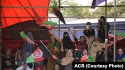 تعداد کثیری از زنان و دختران افغان نیز برای تماشای این رقابت نفس گیر به میدان کرکت کابل حضور به هم رسانده بودند.