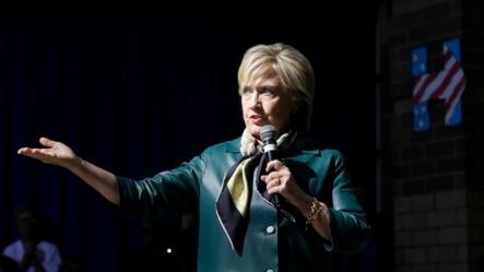美国民主党总统参选人希拉里·克林顿2015年10月6号在爱奥华州达文波特一个社区论坛上讲话。