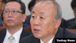 8일 한국 국회 국정감사에서 답변하는 류우익 통일부장관.