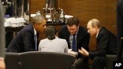 ປະທານາທິບໍດີ ສະຫະລັດ ທ່ານ Barack Obama (ຊ້າຍ) ໂອ້ລົມກັບປະທານາທິບໍດີ ຣັດເຊຍ ທ່ານ Vladimir Putin, (ຂວາ) ກ່ອນໜ້າ ພິທີເປີດ ກອງປະຊຸມສຸດຍອດ G-20 ໃນນະຄອນ Antalya, ປະເທດເທີກີ, ວັນທີ 15 ພະຈິກ 2015.