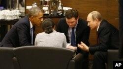 Presiden AS Barack Obama (kiri) dan Presiden Rusia Vladimir Putin (kanan) dalam pembicaraan di Antalya, Turki hari Minggu (15/11).