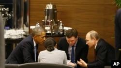 Presiden AS Barack Obama, kiri, berbicara dengan Presiden Rusia Vladimir Putin, kanan, sebelum pembukaan pertemuan G-20 di Antalya, Turki, 15 November 2015.