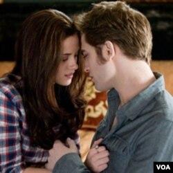 Kalau berita ini benar, pemeran Bella, Kristen Stewart, dalam kehidupan nyatanya juga berpacaran dengan seorang vampir.