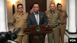 Gubernur Jawa Barat Ridwan Kamil memberi penjelasan di Bandung. (VOA/Rio Tuasikal)