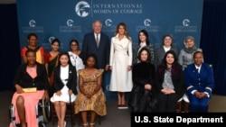La Première dame Melania Trump et le sous-secrétaire d'Etat américain aux Affaires politiques Thomas Shannon avec les lauréates du prix international Femme de Courage 2017.
