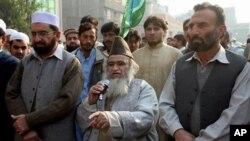 Giáo sĩ Pakistan Maulana Yousef Qureshi (giữa) nói chuyện tại một cuộc tập họp ở Peshawa, Pakistan chống bà Asia Bibi, một phụ nữ Kitô giáo