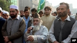 Hardline Pakistani cleric Maulana Yousef Qureshi, center, addresses a rally against Christian woman Asia Bibi in Peshawar, Pakistan, 03 Dec 2010