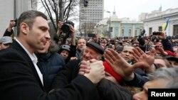 Lãnh tụ đối lập Vitaly Klitschko (trái) chào đón những người biểu tình chống chính phủ bên ngoài Tòa nhà Quốc hội Ukraina ở Kiev, 22/2/2014