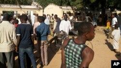 Warga memeriksa atap bangunan yang roboh menyusul serangan bom bunuh diri di sebuah sekolah teknik milik pemerintah di Potiskum, Nigeria (10/11).