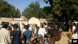 Cư dân tại hiện trường vụ nổ bom tại thị trấn Potiskum của tiểu bang Yoke, Nigeria, ngày 10/11/2014.