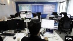 Teknisi AhnLab bekerja menangkal serangan online di markas besar perusahaan ini di Seoul, Jumat (4/3).