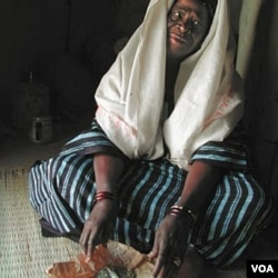 Miriam, seorang mantan juru sunat perempuan di Senegal selatan menunjukkan alat yang digunakannya dalam penyunatan.