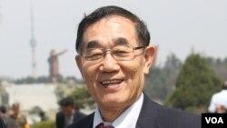 지난해 4월 평양 김일성광장을 방문한 김진경 평양과학기술대학 총장. (자료사진)