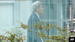 جان کری وزیر خارجه ایالات متحده در حال قدم زدن در باغ هتل کوبورگ وین، محل برگزاری مذاکرات ایران و گروه ۱+۵