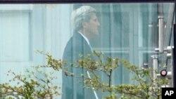 美国国务卿克里在维也纳伊核谈判地点科堡宫酒店的花园里 (2015年7月12日)