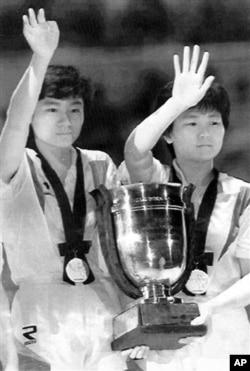 1991년 일본 지바에서 열린 세계탁구선수권대회에 남북 단일팀으로 참가해 금메달을 딴 한국의 현정화 선수(왼쪽)와 북한의 리분화 선수.