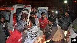 Des volontaires pakistanais portent le corps d'un militant tué lors d'une vague de répression par les forces de sécurité, à Quetta, le 19 décembre 2014.
