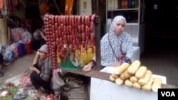 Here, a Cambodian Muslim sells beef sausage and bread at Chraing Chamreh market (Kilo 7) Khan Russey Keo, Phnom Penh, June 12, 2016. (Sayana Ser / VOA Khmer)