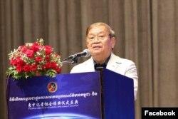 រដ្ឋមន្រ្តីក្រសួងព័ត៌មានលោក ខៀវ កាញារីទ្ធ ថ្លែងនៅក្នុងពិធីសម្ពោធសមាគមអ្នកសារព័ត៌មានកម្ពុជា-ចិន កាលពីល្ងាចថ្ងៃចន្ទ ទី០៦ ខែឧសភា ឆ្នាំ២០១៩។ (Facebook/Cambodia China Journalist Association Official Page)