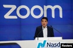 Zoom创办人袁征在纽约纳斯达克挂牌上市的敲钟仪式上。(2019年4月18日)