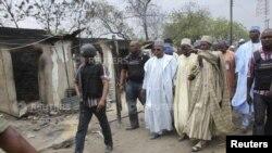 Gwamna Kashim Shettima na Jihar Borno yana dubar barnar da aka yi a Baga kwanakin baya
