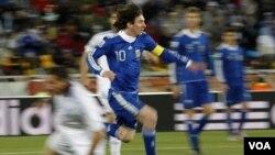 Walau turun dengan kekuatan penuh termasuk pemain andalan Lionel Messi (10), Argentina takluk kepada Jepang 1-0 dalam laga persahabatan di Saitama (foto dokumentasi).