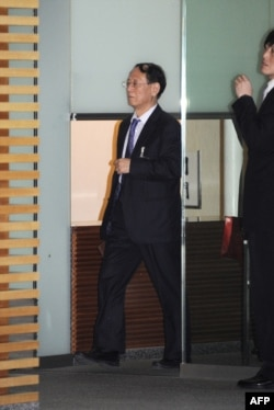 中共改革派前总书记胡耀邦之子,曾任中共统战部副部长和中国工商联党组书记的胡德平在日本首相官邸入口处(2014年4月8日)。)