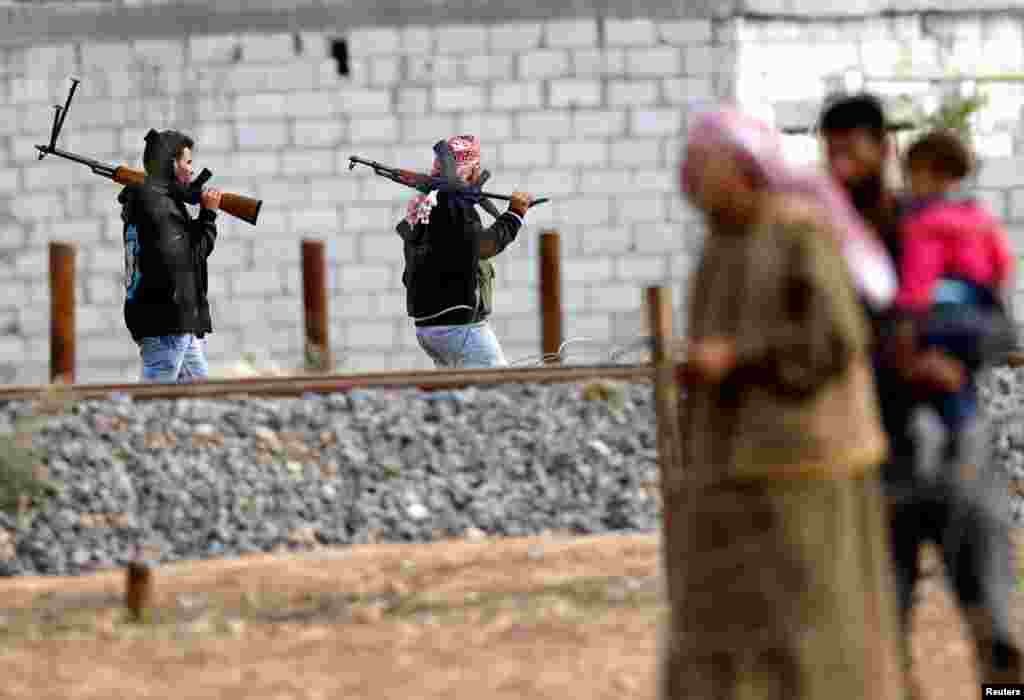 Free Syrian Army fighters holding machine guns in Ras al-Ain, from the Turkish border town of Ceylanpinar, Sanliurfa province November 12, 2012.