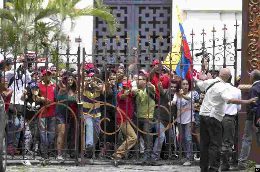 طرفداران دولت نیکلاس مادورو، رئیس جمهور ونزوئلا دروازه ورودی کنگره این کشور را به زور باز می کنند. هدفشان قطع کردن جلسه ویژه کنگره بود، این جلسه کنگره در مورد اقدامات قانونی و اعلام جرم علیه مادورو بحث و گفتگو می کردند.