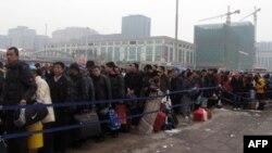 排队等候进入北京站的旅客