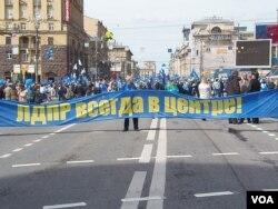 俄罗斯自由民主党2013年五一节在莫斯科市中心举行游行集会。(美国之音白桦拍摄)
