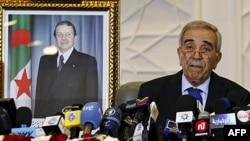 Міністр внутрішніх справ Алжиру Даху Ульд Кабальє оголошує попередні результати парламентських виборів