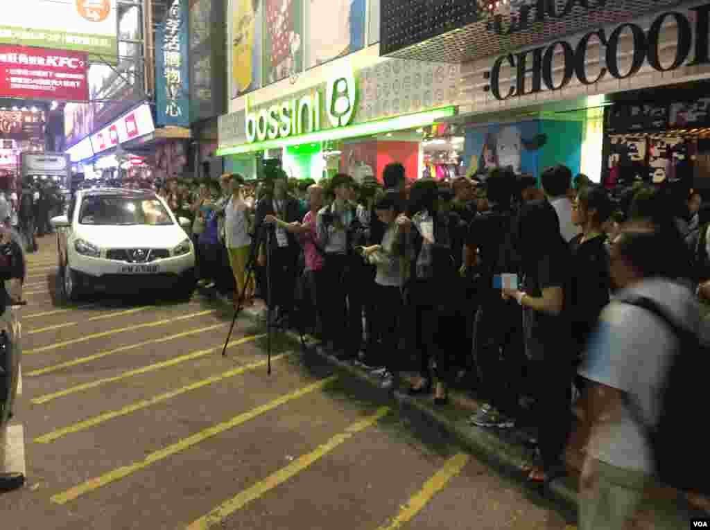 上千港人连续第四晚在旺角聚集争真普选(美国之音海彦拍摄)