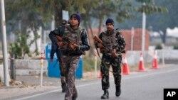 Lực lượng an ninh Ân Độ tuần tra bên trong căn cứ không quân bị tấn công hôm thứ Bảy ở Pathankot, Ấn Độ, ngày 3 tháng 1, 2016.