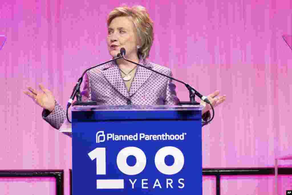 Mme Hillary Clinton, ancienne secrétaire d'État, prend la parole lors du gala du 100e anniversaire de planning familial, à New York, 2 mai 2017.