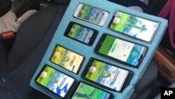 Delapan ponsel yang digunakan oleh seorang pengendara mobil untuk bermain gim Pokemon Go dalam foto yang dirilis Polantas Washington, 13 Agustus 2019. Polantas Washington menegur pemilik ponsel yang menepi di bahu jalan darurat untuk memainkan gim itu.(Foto: AP)